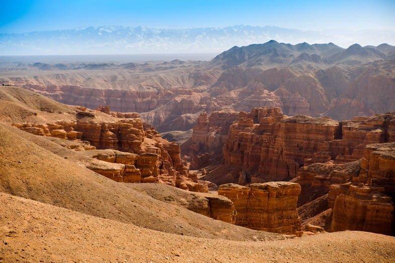 Потрясающие красные виды на Чарынский каньон в Казахстане.