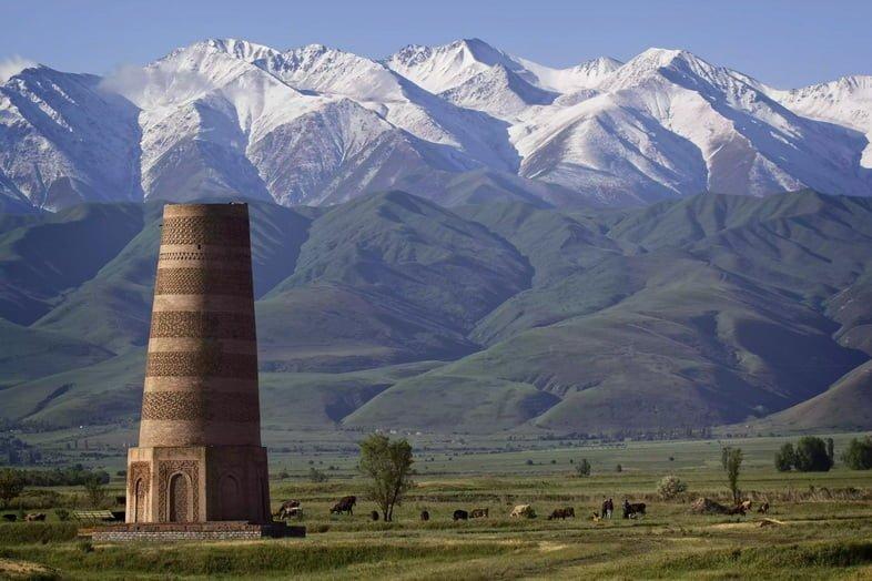 Башня Бурана вдоль древнего Шелкового пути в Кыргызстане