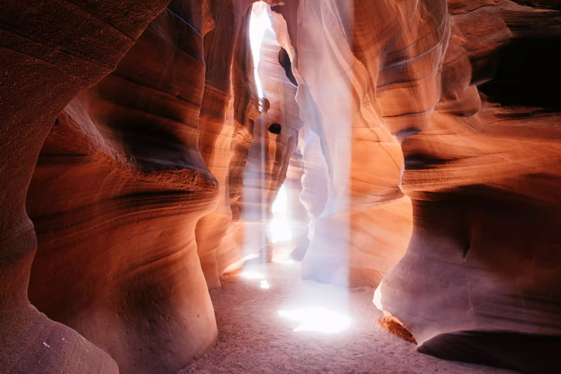 Танцы света сквозь щели в каньоне песчаника.