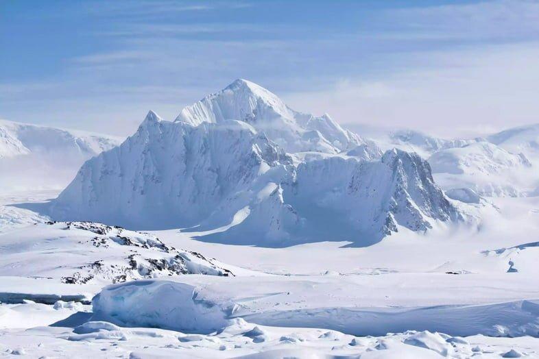 Заснеженный пейзаж и вершины в Антарктиде