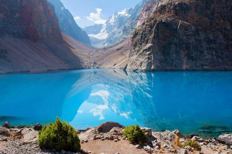 Чистые голубые воды Искандеркуля в Фанских горах Таджикистана.