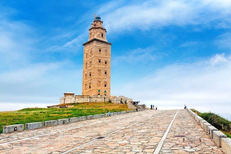 Башня Геркулеса возвышается над гаванью в Корунье, Испания.