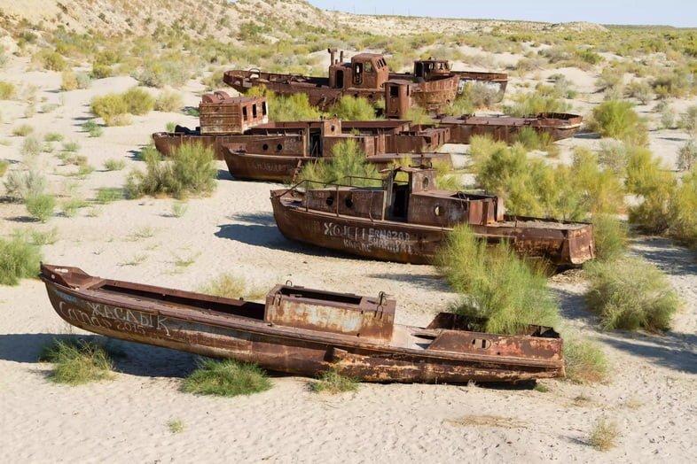 Четыре ржавые лодки на песке в Муйнаке