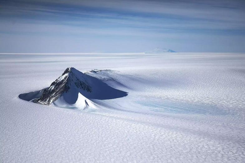 Часть Западно-Антарктического ледяного покрова с горами, вид из окна самолета NASA Operation IceBridge 28 октября 2016 года
