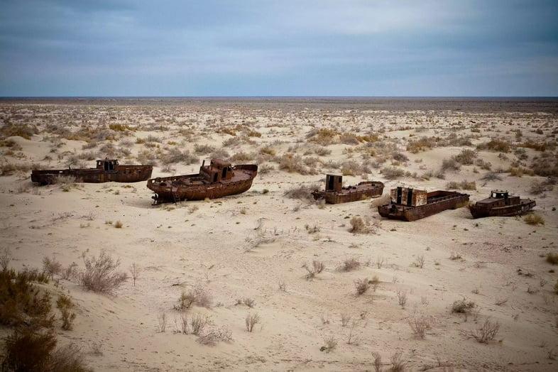 Заброшенные ржавые корабли, лежащие в пустыне