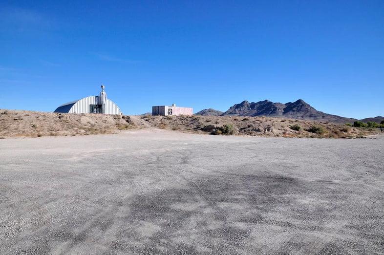 Два здания за пределами Зоны 51 в пустыне Невада