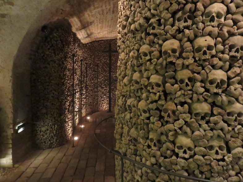 Стена из человеческих черепов и костей вдоль коридора в Костнице в Брно