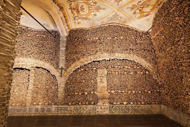 Сложная выкладка костей и черепов образует стены Capela dos Ossos в Португалии.