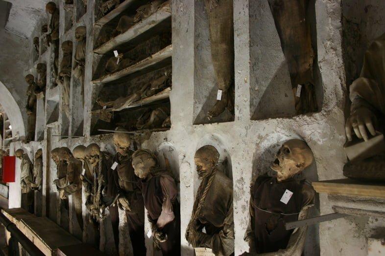 Мумии на стене в катакомбах капуцинов в Палермо, Италия.
