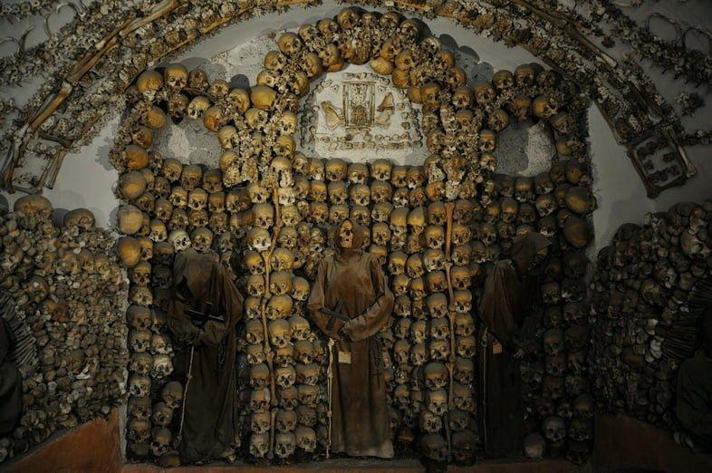 Стены склепа капуцинов в Риме украшены черепами.