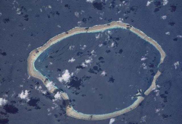 Аэрофотоснимок круглого атолла Килинаилау в Тихом океане.