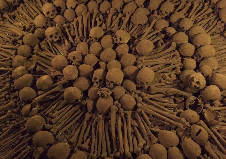 Кости и черепа выложены сложным узором в Катакомбах Лимы в монастыре Святого Франциска
