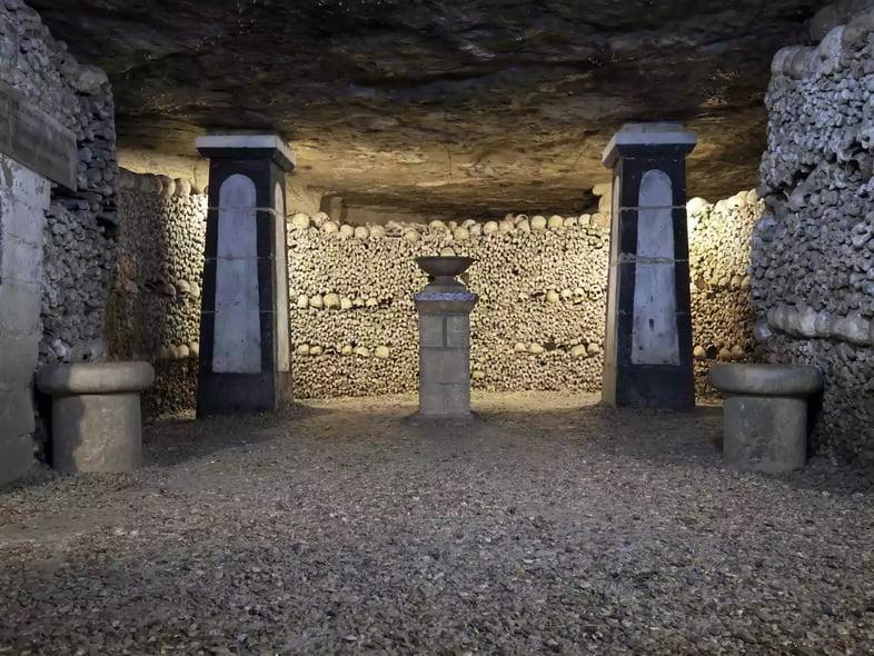 Комната, выложенная костями в катакомбах Парижа