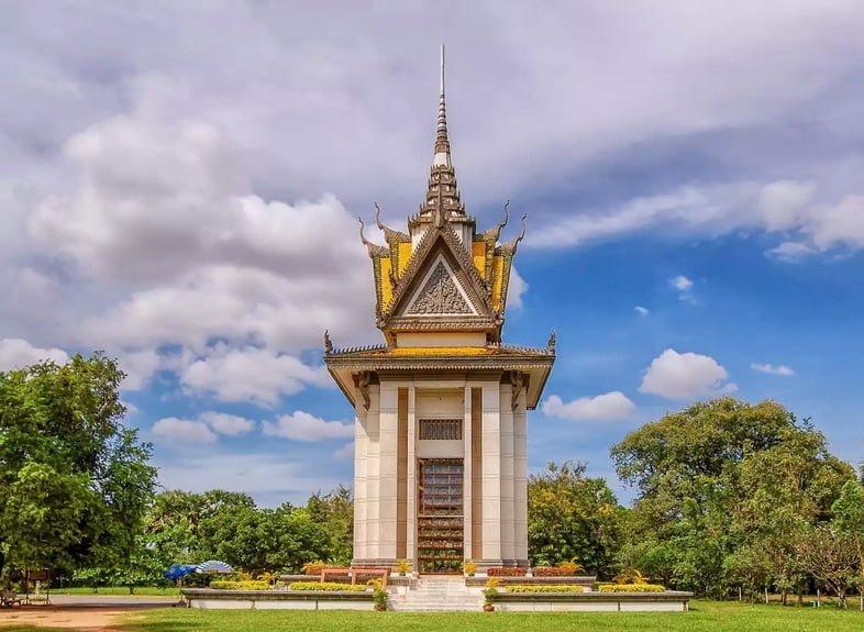 Ступа-памятник умершим на Полях смерти в Камбодже