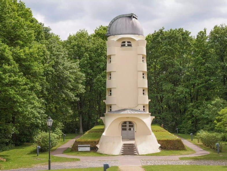 Башня Эйнштейна в окружении деревьев в Потсдаме, Германия