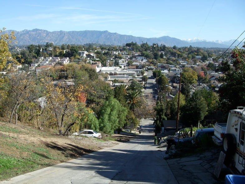 Вид сверху на Элдред-стрит, самую крутую улицу в Лос-Анджелосе, США
