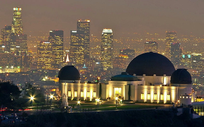 Обсерватория Гриффита ночью на фоне линии горизонта Лос-Анджелеса