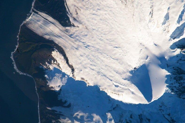 Спутниковый снимок заснеженного острова Херд в Австралии