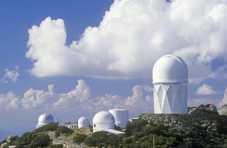 Коллекция куполов Национальной обсерватории Китт-Пик в пасмурный день