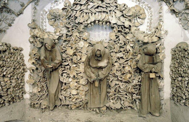 Кости и черепа монахов, украшенные орнаментом в крипте капуцинов в Италии.