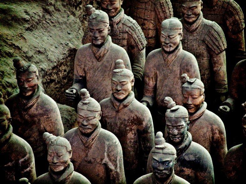 Терракотовые солдаты выстроились в ряд у могилы первого императора Китая