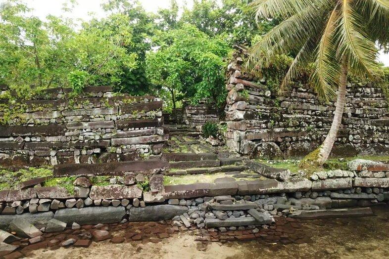 Каменный канал Нан-Мадол, покрытый тропической растительностью