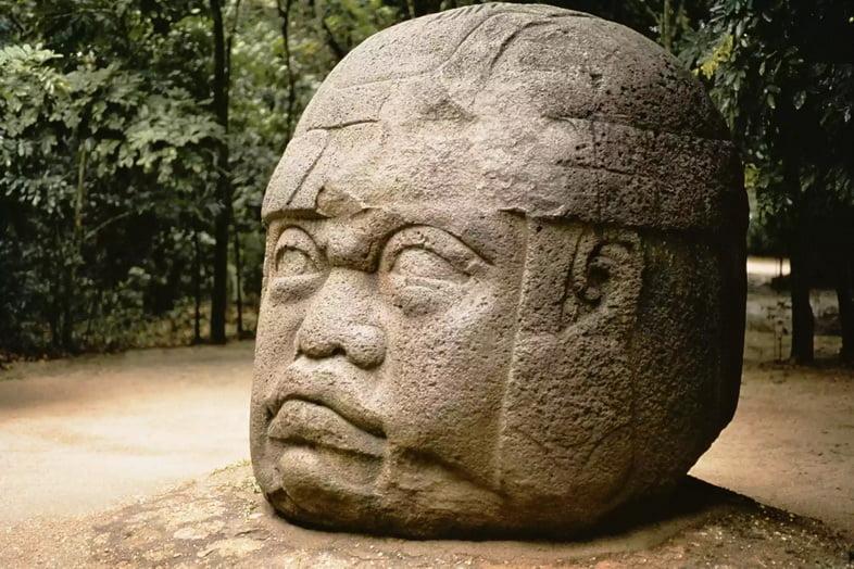 Гигантская каменная голова, торчащая из земли в Мексике