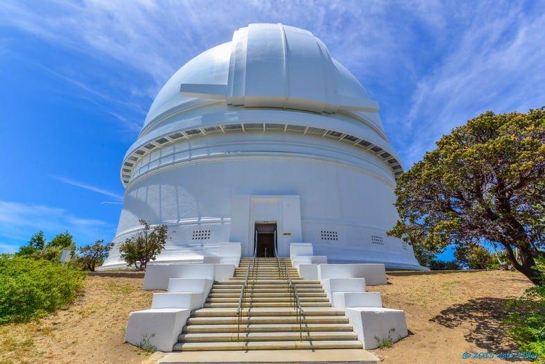 Форма белого купола Паломарской обсерватории на фоне голубого неба.