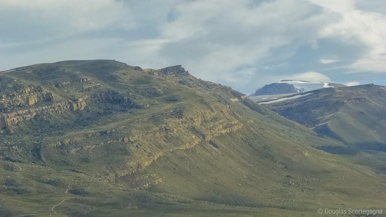 Патагонские пустынные степи в Эль-Калафате с заснеженными горами вдалеке