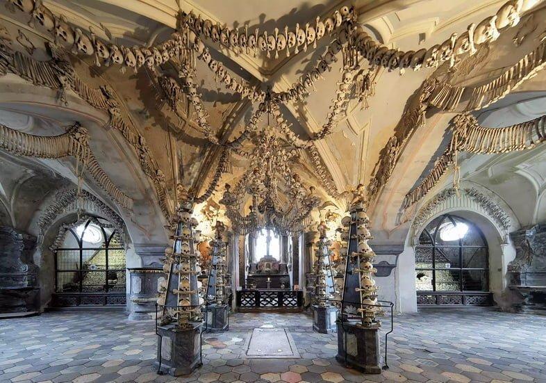 Кости и черепа искусно украшают потолок оссуария Костница в Седлеце в Чехии.