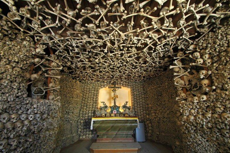 Черепа и скрещенные кости образуют стену и потолок Часовни черепов.