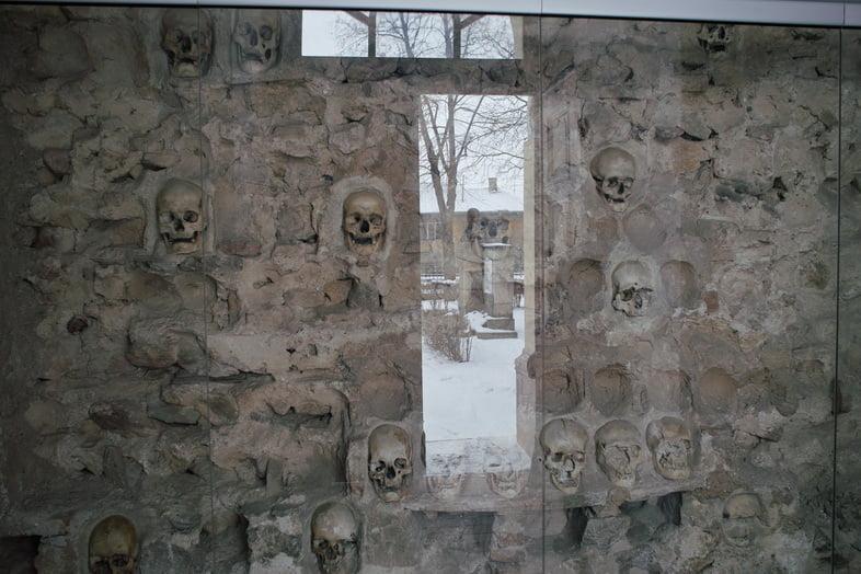 Черепа, встроенные в стену Челе-Кулы в Ниш, Сербия