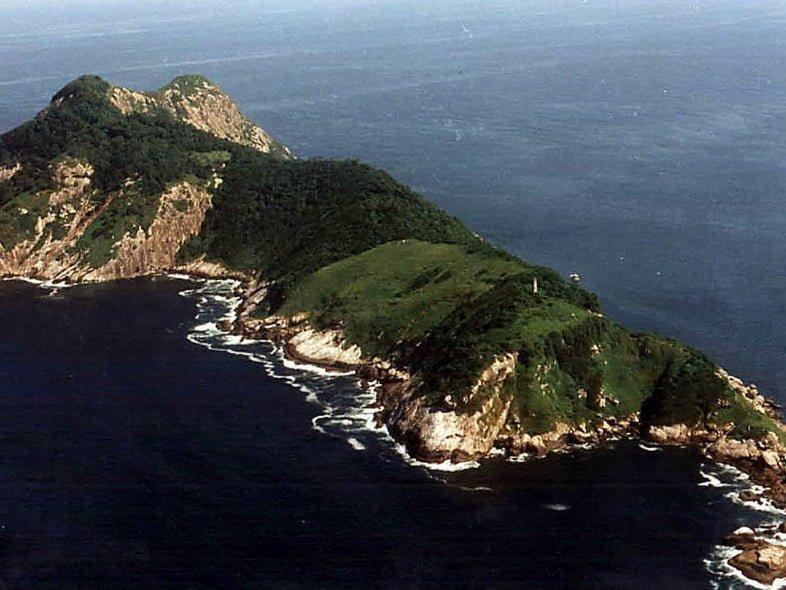 Вид с воздуха на покрытый деревьями остров Кеймада-Гранди в Бразилии