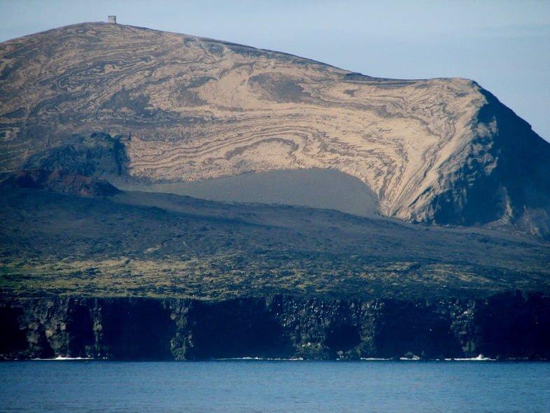 Необитаемый вулканический остров Сюртсей