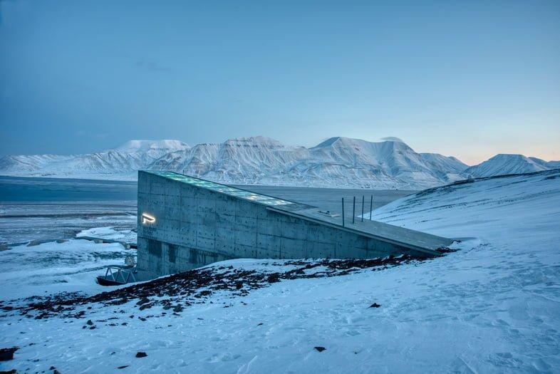 Вход во Всемирное семенохранилище на Шпицбергене среди заснеженных пейзажей Норвегии