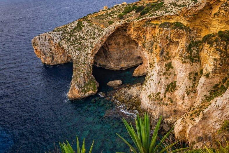 Вход в пещеру и естественная арка вдоль береговой линии