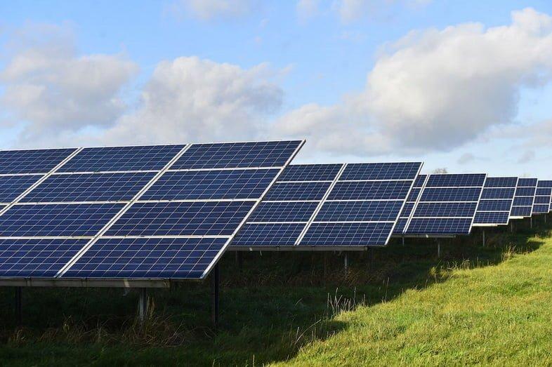 Фотоэлектрические панели видны 22 ноября 2020 года в Сток-он-Трент, Англия.