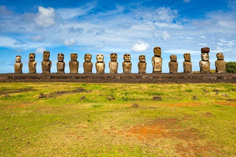 Линия гигантских каменных статуй (моаи) на острове Пасхи