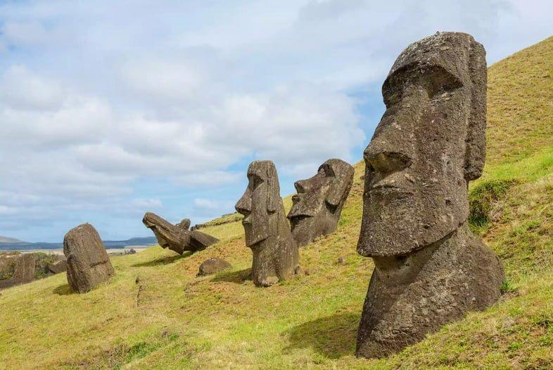 Крупным планом вид на гигантские каменные скульптуры на острове Пасхи