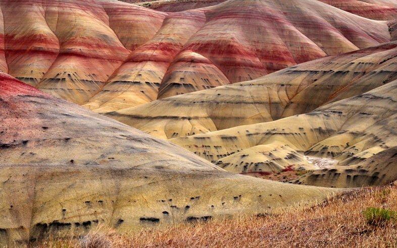 Холмистый пейзаж с красными, желтыми и черными полосами