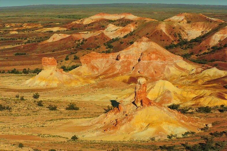 Пустынный пейзаж с красными, коричневыми и белыми холмами