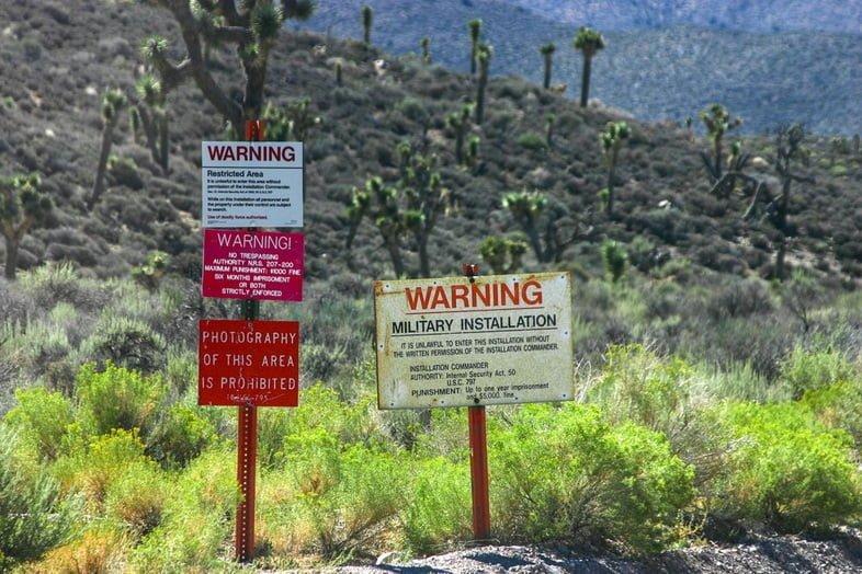 Предупреждающие знаки, не позволяющие людям попасть в охраняемую зону
