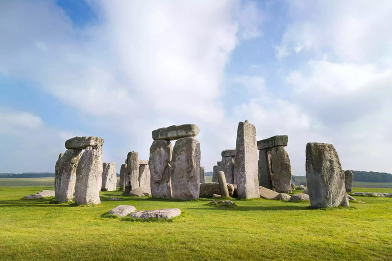 Большие древние каменные памятники на травянистом поле
