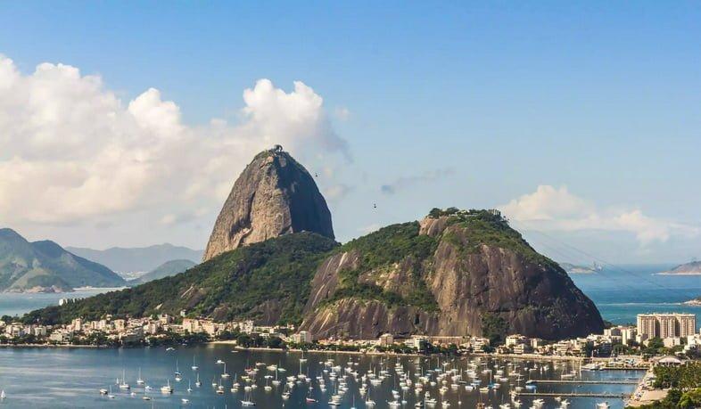 Округлая каменная башня на берегу Рио-де-Жанейро.