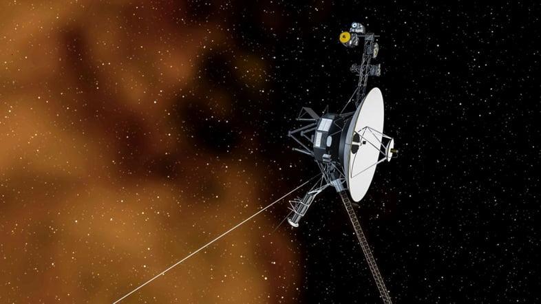 Иллюстрация космического корабля «Вояджер-1», который путешествует в межзвездном пространстве.