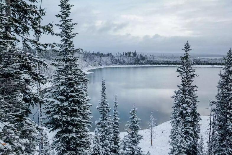 Озеро Йеллоустон замерзает зимой