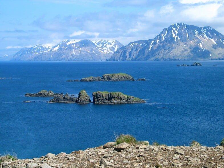Остров Адак с горами на заднем плане
