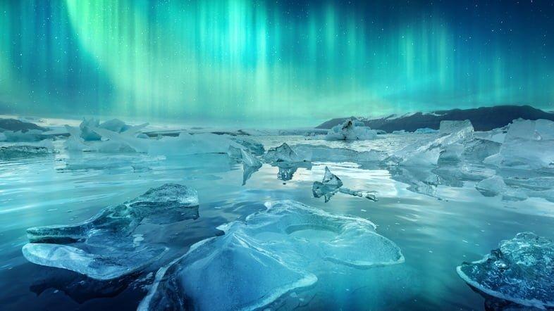 Северное сияние и айсберги в ледниковой лагуне Йёкюльсаурлоун