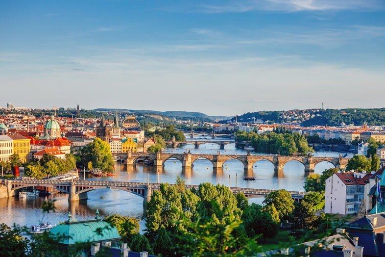 Панорамный вид на Старе-Место Праги, реку Влтава и знаменитые мосты на закате