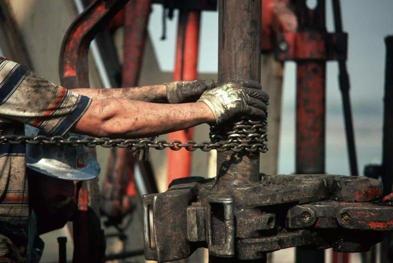 Рабочие пробуривают нефтяную скважину в Южной Калифорнии, США
